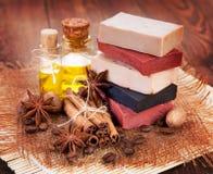 Met de hand gemaakte zeep, olie in flessenanijsplant en kaneel Stock Foto's