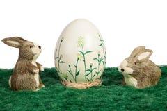 Met de hand geschilderd Paasei met konijntjes royalty-vrije stock fotografie