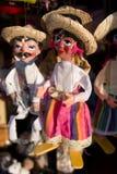 Met de hand geschilderde marionetten in een openluchtmarkt Stock Afbeeldingen