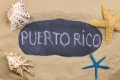 Met de hand geschreven die woord PUERTO RICO in krijt, onder zeeschelpen en zeesterren wordt geschreven royalty-vrije stock afbeeldingen