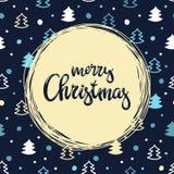 Met de hand geschreven inschrijvings Vrolijke Kerstmis en patern met kleine Kerstmisbomen Het kan voor prestaties van het ontwerp Royalty-vrije Stock Foto's