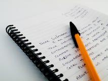 Met de hand geschreven Schrijvend een Brief op Gevoerd Document Stock Afbeeldingen
