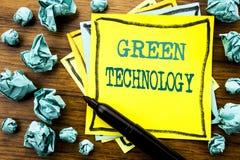 Met de hand geschreven tekst die Groene Technologie tonen Het bedrijfsdieconcept voor campagne, op kleverig notadocument wordt ge Stock Fotografie