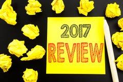 Met de hand geschreven tekst die het Overzicht van 2017 tonen Bedrijfsconcept die voor Jaarlijks geschreven Rapport over kleverig Royalty-vrije Stock Foto's