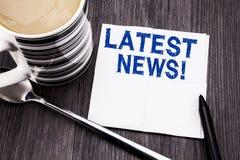 Met de hand geschreven tekst die Recentste Nieuws tonen Bedrijfsconcept voor Vers Huidig Nieuw die Verhaal op de papieren zakdoek stock afbeelding