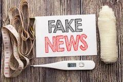 Met de hand geschreven tekst die Vals Nieuws tonen Het concept die van de bedrijfsgeschiktheidsgezondheid voor Hoax Journalistiek royalty-vrije stock afbeeldingen