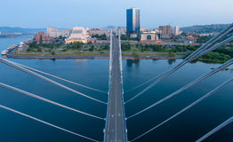 Met de kabel-gebleven brug in Krasnoyarsk Stock Foto