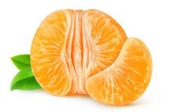 Metà del mandarino o dell'arancia sbucciato isolata Fotografia Stock