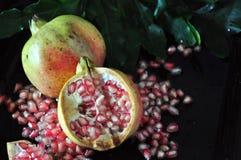 Metà del melograno con il seme su fondo Fotografia Stock
