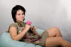 Met een bloem op een hoofdkussen Royalty-vrije Stock Fotografie