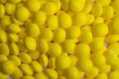 Met een laag bedekt geel suikergoed Stock Fotografie