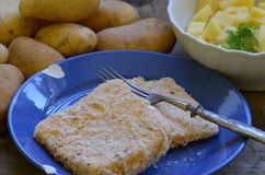Met een laag bedekte kaas met inlandse gepelde aardappels op houten achtergrond Stock Afbeeldingen