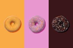Met een laag bedekte suiker, roze en chocoladedoughnuts Stock Fotografie