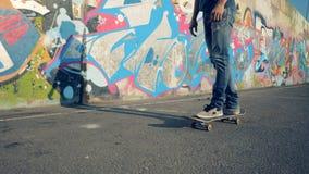 Met een skateboard rijdend proces van een jonge in openlucht uitgevoerde mens stock videobeelden