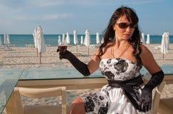 Met een wijnglas Stock Foto's