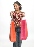met en sac des achats de fille d'adolescent Photographie stock libre de droits