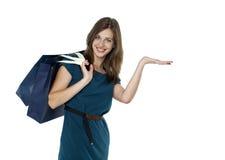 met en sac le beau femme heureux d'achats Photo stock