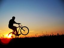 Met fiets vóór zonsondergang Royalty-vrije Stock Fotografie