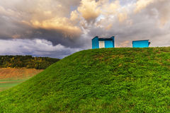 Met gras bedekte heuvel met twee voorwerpen royalty-vrije stock foto's