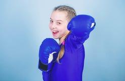 Met grote macht komt grote verantwoordelijkheid Bokserkind in bokshandschoenen Meisjes leuke bokser op blauwe achtergrond Stijgin stock fotografie