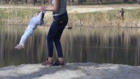 Met haar dochter opheffen en moeder die rond tollen stock videobeelden