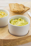 Met kerrie gekruide kippensalade en toost Stock Foto's