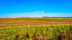 Met kolen gestookte krachtcentrale in het midden van de brede open landbouwgrond, langs R39 in het Vaal-Riviergebied van zuidelij Stock Afbeeldingen