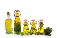 Met l'huile en bouteille d'olive avec des herbes Image libre de droits