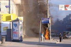 Met le feu à la boîte électrique sur la rue Image libre de droits