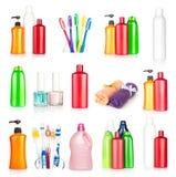 Met le shampooing, les essuie-main, les brosses à dents et le clou en bouteille pôle Photo stock