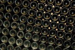 met le vin en bouteille de cave photos libres de droits