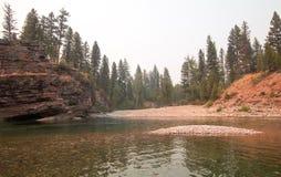 Met platte kop en Bevlekt draag Rivieren die punt in het Bob Marshall-wildernisgebied ontmoeten tijdens de de dalingsbranden van  royalty-vrije stock afbeeldingen