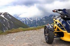 Met Spyder in de bergen Stock Foto's