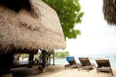 Met stro bedek dakbungalow bij tropische toevlucht Royalty-vrije Stock Fotografie