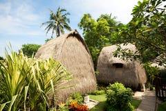 Met stro bedek dakbungalow bij tropische toevlucht Royalty-vrije Stock Afbeeldingen