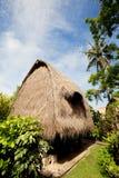 Met stro bedek dakbungalow bij tropische toevlucht Stock Foto