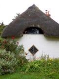 Met stro bedek de tuin van het plattelandshuisjeland Stock Foto