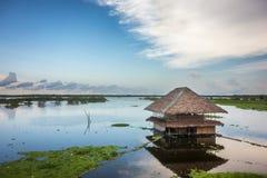 Met stro bedekkenen-dakhut op de Rivier van Amazonië stock afbeeldingen