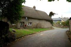 Met stro bedekt dak op plattelandshuisje.   Royalty-vrije Stock Foto