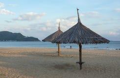 Met stro bedekt parasols op de kust, het strandparadijs en onbeschadigd grote en ontspannende vakantie in deel 3 van Zuidoost-Azi royalty-vrije stock fotografie