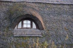 Met stro bedekt plattelandshuisje Stock Foto