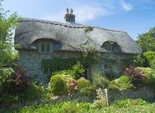 Met stro bedekt plattelandshuisje stock fotografie