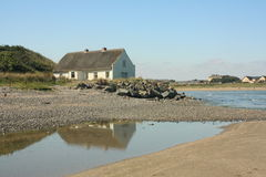 Met stro bedekt Plattelandshuisje door het Overzees Royalty-vrije Stock Foto