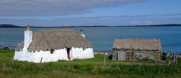 Met stro bedekt plattelandshuisje op het noorden uist Royalty-vrije Stock Fotografie