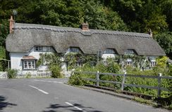 Met stro bedekt plattelandshuisje in Wherwell hampshire engeland Stock Afbeeldingen