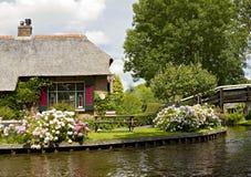 Met stro bedekte boerderij dichtbij kanaal royalty-vrije stock foto