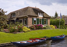 Met stro bedekte boerderij dichtbij kanaal royalty-vrije stock afbeelding