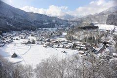 Met stro bedekte die dakhuizen in sneeuw in de winter worden behandeld Royalty-vrije Stock Fotografie