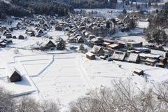 Met stro bedekte die dakhuizen in sneeuw in de winter worden behandeld Stock Foto's
