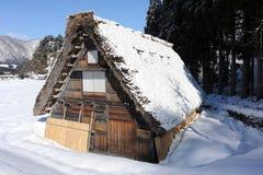 Met stro bedekte die dakhuizen in sneeuw in de winter worden behandeld Royalty-vrije Stock Foto